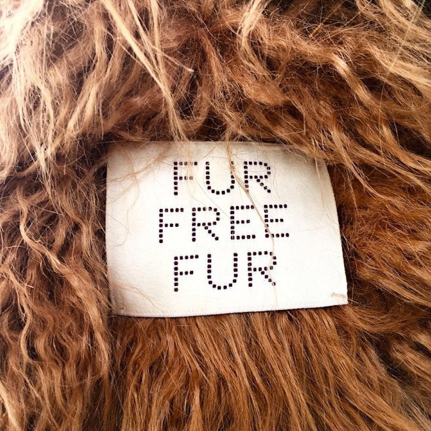 """Speciální štítky s označením """"Fur-free Fur"""" (Nekožešinová kožešina), které překvapivě nejsou nikde schovány, ale našity na viditelném místě jako je zápěstí či límec"""
